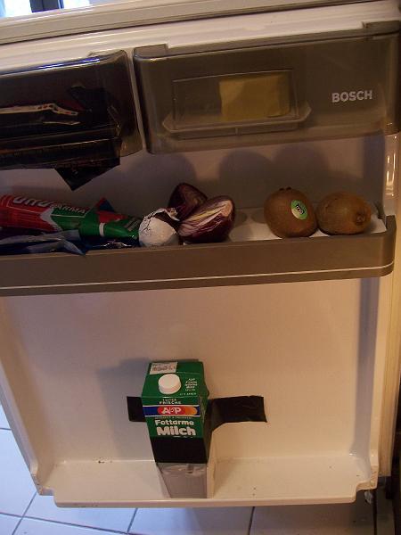 Milch mit Duct-Tape in Kühlschrank geklebt
