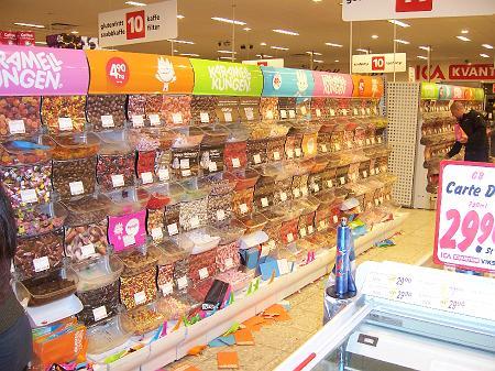 Süßigkeitenregal im Supermarkt